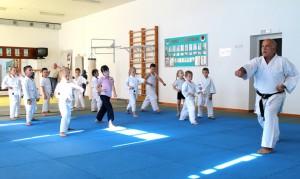 Воспитанникам Анатолия Романова масштабные работы на спорткомплексе заниматься не мешают.