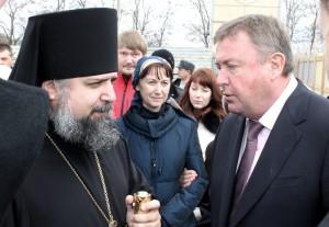 Анатолий Югов обсуждает строительство будущей часовни с епископом Германом.