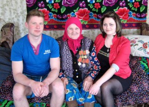 Марина Ильинична в внуком Павлом и внучкой Юлией.