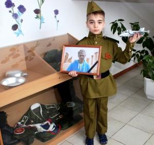 Артем Арзамасов с фотографией героя России Романа Филиппова