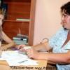 Ответственный секретарь приемной комиссии Ольга Николенко принимает документы у абитуриентки Ирины Семеновой