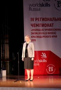 Вице-губернатор Краснодарского края Анна Минькова поздравляет молодых профессионалов.