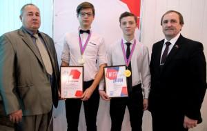 Директор БМТ Игорь Фурсов (справа) и Геннадий Кочкалда со студентами-победителями.