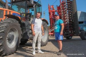 Руководитель КФХ Михаил Радченко (слева) и механизатор Владимир Кононенко